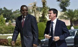 Le Premier ministre français Manuel Valls arrive au palais présidentiel de N'Djamena le 22 novembre 2014