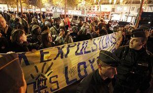 La police tente d'expulser des militants du DAL (droit au logement) et des mal-logés installés place de la République à Paris, le 15 octobre 2013.