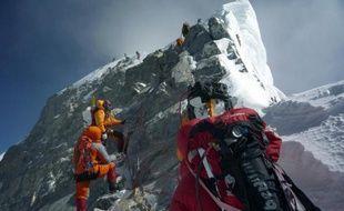 Image du 19 mai 2009, de grimpeurs non identifiés approchant de Hillary Step, sur le Mont Everest