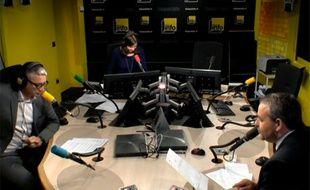 Paris, le 8 juillet 2014. Xavier Bertrand, ancien secrétaire général de l'UMP, détaille la facture de Center Parcs qu'il dit avoir acquittée lui-même sur les ondes de France Info.