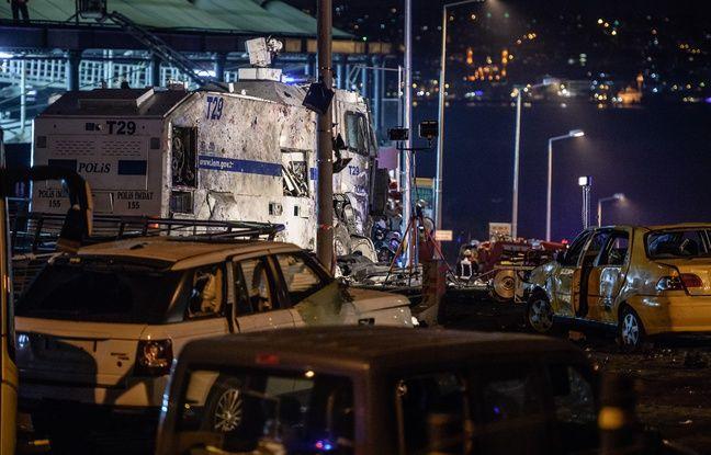 Un car de police et plusieurs véhicules détruits par une explosion aux abords du stade du Besiktas à Istanbul, le 10 décembre 2016.