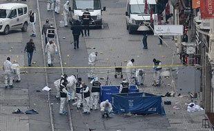 La police turque sur les lieux de l'attentat suicide à Istanbul, le 19 mars 2016