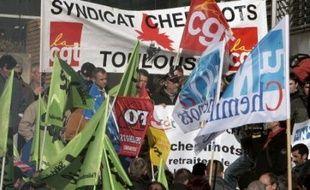 La grève dans les transports, qui a entraîné de fortes perturbations jeudi, malgré une baisse du taux de grévistes, va se poursuivre vendredi, et jusqu'à samedi à la SNCF, la base rechignant à se contenter d'annonces de négociations tripartites (Etat, syndicats, directions).