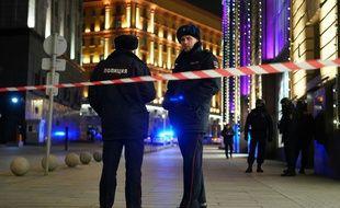 Des policiers russes devant le siège des services secrets, le 19 décembre 2019.