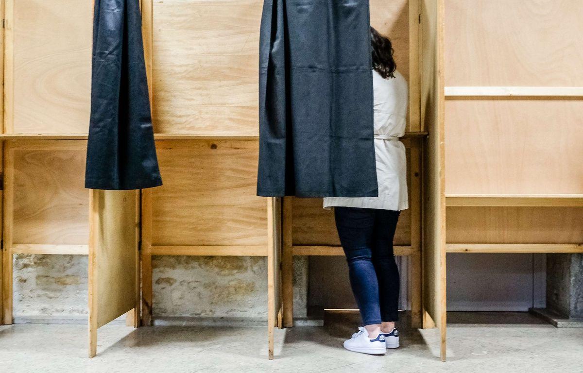 Un femme dans l'isoloir de son bureau de vote, le 7 mai 2017, lors du second tour de l'élection présidentielle. – KONRAD K./SIPA