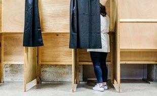 Un femme dans l'isoloir de son bureau de vote, le 7 mai 2017, lors du second tour de l'élection présidentielle.