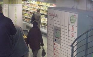 Une consigne de retrait de colis Packcity installée dans un magasin Monop' à Paris.