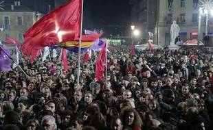 Les supporters de Syriza se sont réunis dimanche soir dans le centre-ville d'Athènes pour célébrer la victoire du parti d'Alexis Tsipras aux législatives. / AP Photo/Lefteris Pitarakis