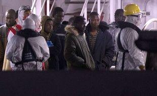 Des survivants du naufrage d'un chalutier dans la Méditerranée, le 19 avril, arrivent à Catania, en Sicile.