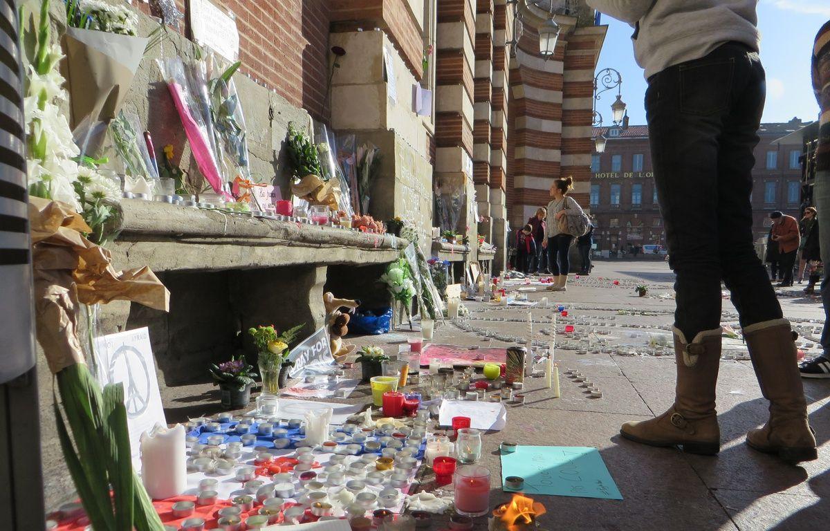 Toulouse; le 15 novembre 2015 - Les Toulousains se recueillent sur la place du Capitole ou des autels spontanés ont vu le jour après les attentats terroristes de Paris le 13 novembre 2015. – Beatrice Colin