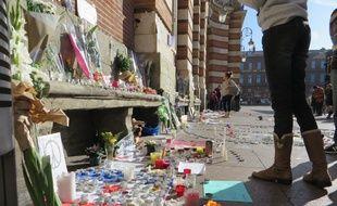 Toulouse; le 15 novembre 2015 - Les Toulousains se recueillent sur la place du Capitole ou des autels spontanés ont vu le jour après les attentats terroristes de Paris le 13 novembre 2015.