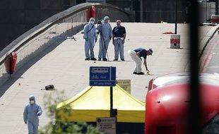 Des experts de la police scientifique britannique inspectent le London Bridge après l'attaque du samedi 3 juin 2017.