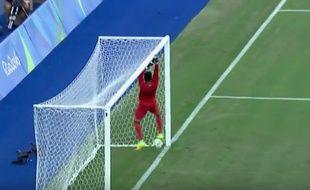 Le gardien algérien Farid Chaal a sorti deux belles boulettes lors du premier match des JO contre le Portugal, le 4 août 2016.