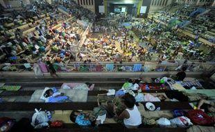 Des dizaines de milliers de Philippins ont passé Noël dans des centres d'hébergement après le passage de la tempête meurtrière qui a balayé le sud de l'archipel, seul pays chrétien d'Asie avec le Timor oriental.
