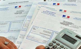 Une personne consulte son avis d'impôt sur le revenu le 20 septembre 2010 à Lille