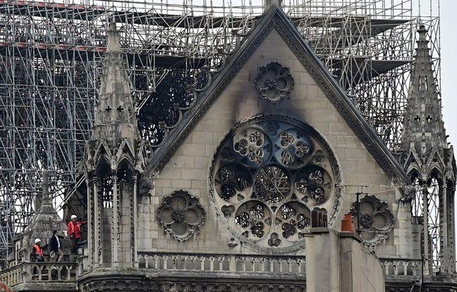 La cathédrale Notre-Dame de Paris le 16 avril 2019, au lendemain de l'incendie qui a ravagé la charpente, la flèche et le toit de l'édifice.