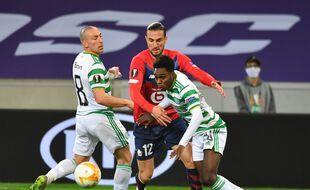 Le Lillois Yazici est pris en tenaille par la défense du Celtic