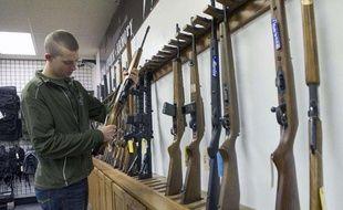 Un Marine cherche à acheter une arme, le 21 décembre 2012 à Knoxville, dans le Tennessee