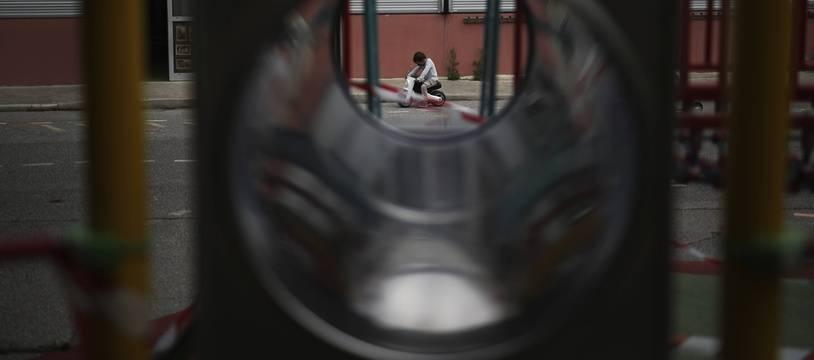 Un enfant dans un cour d'école à Marseille