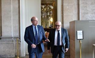Ludovic Martinez aux côtés d'Alain Juppé à la sortie d'une conférence de presse à la mairie de Bordeaux, le 25 janvier 2016.