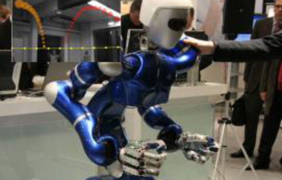 Justin, le robot capable de l'agence aérospatiale allemande DLR, d'attraper une balle. – DLR