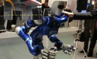 Justin, le robot capable de l'agence aérospatiale allemande DLR, d'attraper une balle.