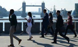 Des employés de la City de Londres traversent le London Bridge le 24 juin 2016