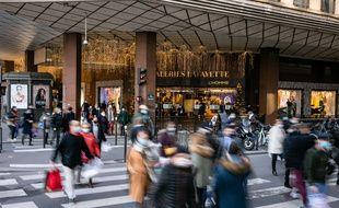Devant les Galeries Lafayette, à Paris le 28 novembre 2020.