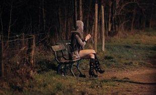 Une prostituée attend des clients dans le Bois de Boulogne à Paris le 2 mars 2012