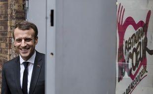 Le président français Emmanuel Macron visite un centre des Restos du cœur du Xe arrondissement de Paris le 21 novembre 2017.