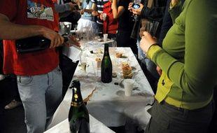 Illustration: des bouteilles d'alcool dans une soirée arrosée.