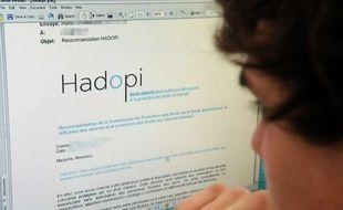 Contre le piratage, la Haute autorité pour la diffusion des oeuvres et la protection des droits sur Internet (Hadopi) envoie des courriels d'avertissement aux personnes ayant illégalement téléchargé du contenu
