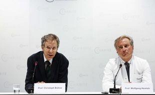 Christoph Buehrer, à gauche, et Wolfgang Henrich, à droite, deux des médecins de Annegret Raunigk, cette mère allemande qui a mis au monde des quadruplés à 65 ans.