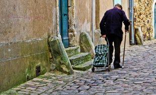 Un homme de 75 ans a chuté en marchant sur les pavés d'une rue du centre de Poitiers, en février 2018.