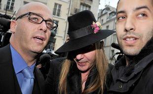 Le créateur John Galiano (C) et son avocat Stéphane Zerbib (G) arrivent au commissariat de police du 3e arrondissement de Paris, le 28 février 2011.