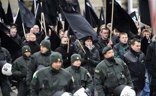 Des néonazis défilant à Dresde (est de l'Allemagne).