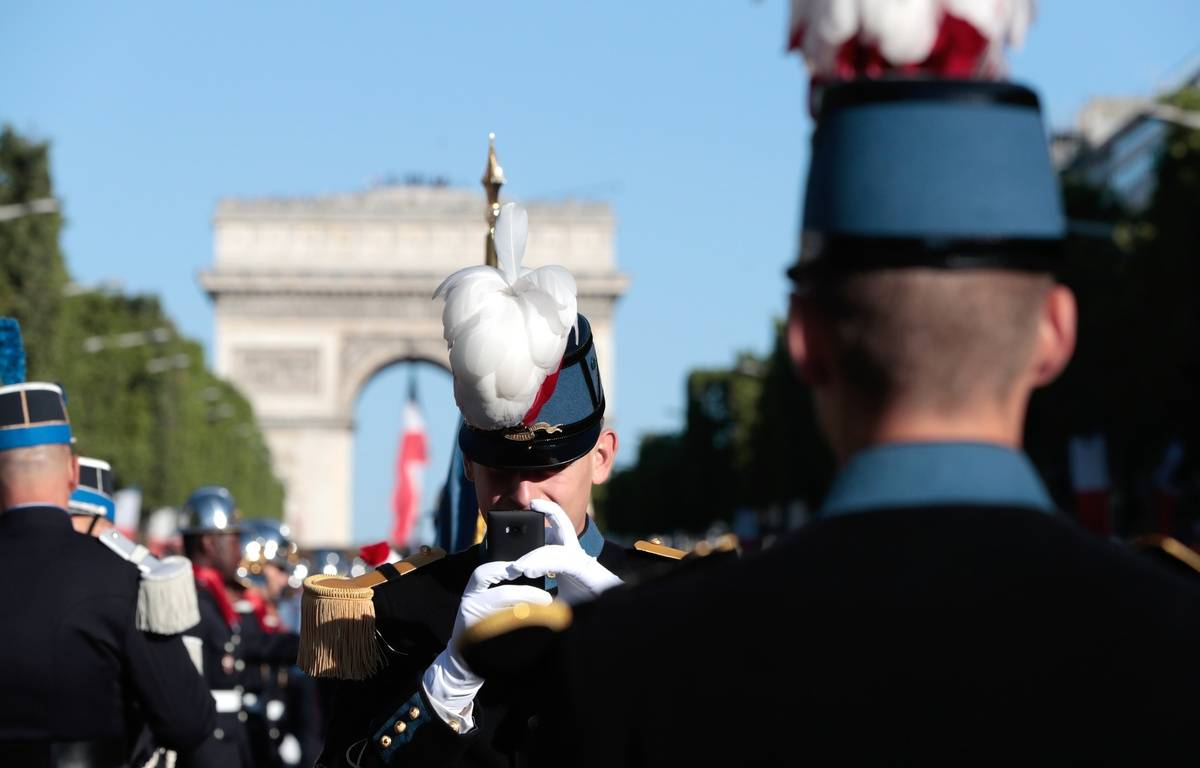 Paris, le 14 juillet 2017. Des étudiants de l'école militaire de Saint-Cyr sur les Champs-Elysées. – joel SAGET / AFP