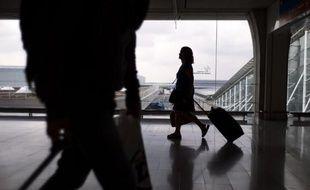 Une passagère à l'aéroport de Roissy-Charles-de-Gaulle près de Paris, en juin 2013