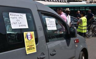 Des manifestations des taxis contre les VTC et particulièrement Uber ont eu lieu un peu partout en France le 25 juin, comme ici gare de Lyon à Paris. LIONEL URMAN/SIPA