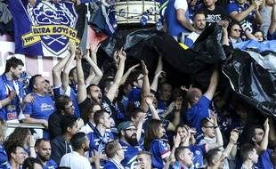 Les supporters des Ultra Boys 90, au stade de la Meinau à Strasbourg.