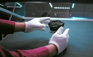 Le morceau de météorite tombé sur terre le 15 février 2013, en Russie. Illustration