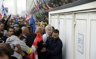 Pierre Plissonnier, l'un des deux dirigeants d'Air France, molesté en marge d'un comité central d'entreprise le 5 octobre 2015 à Roissy-en-France