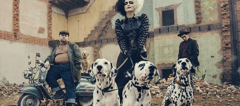 Paul Walter Hauser, Emma Stone et Joel Fry dans «Cruella» de Craig Gillepsie
