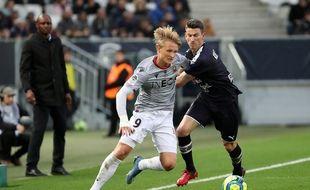 Kasper Dolberg (Nice) devant Laurent Koscielny (Bordeaux), lors du match de la saison dernière