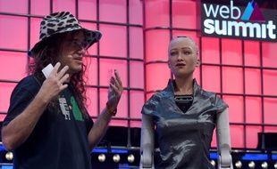 Ben Goertzel et Sophia le robot pendant le Web Summit, le 7 novembre 2018, à Lisbonne.