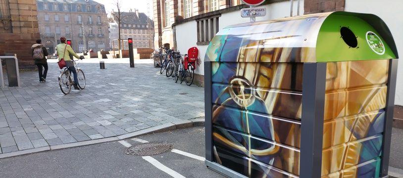 A Strasbourg, de nombreux conteneurs à verre du entre (comme celui-ici près de la cathédrale) sont déjà décorés en peinture.