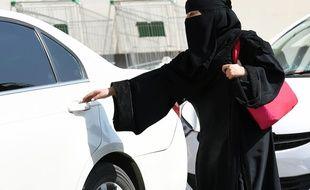 Une Saoudienne entre dans une voiture à Riyad, le 26 octobre 2014.