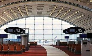 """La """"jetée"""" du terminal 2E de l'aéroport de Roissy Charles-de-Gaulle, vaste zone d'embarquement surmontée d'une immense verrière de 660 mètres, devait accueillir son premier vol dimanche, quatre ans après son effondrement partiel qui avait provoqué la mort de quatre passagers."""