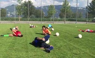 Des footballeurs imitent Neymar quand il tombe au sol.