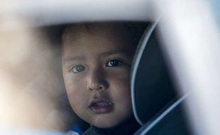 L'enfant a refusé les câlins de sa mère venue le chercher à l'aéroport.